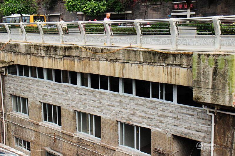 重庆桥下建房最牛违建