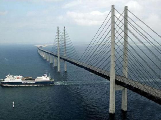 中间设计的是斜拉桥